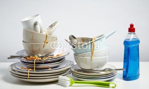 Verschmutzungen vom Geschirr entfernen